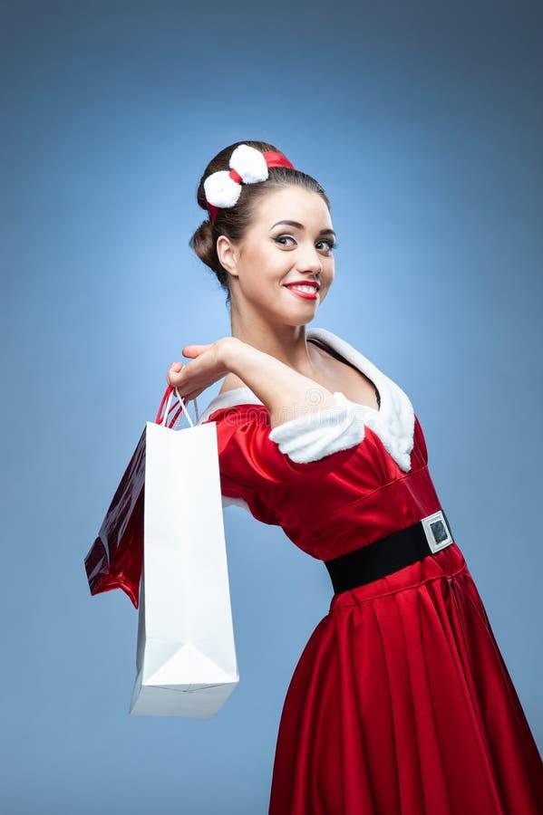 Jeune femme portant les vêtements colorés de vieux-mode image libre de droits
