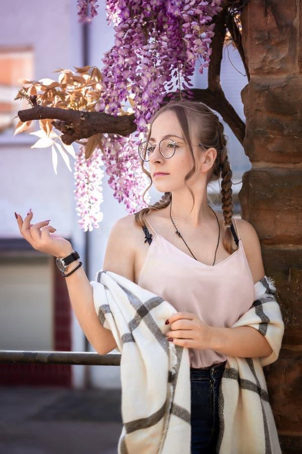 Jeune femme posant avec la glycine images stock