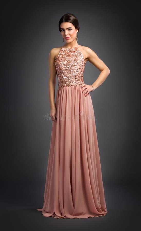 Jeune femme posant dans la robe de luxe photos stock