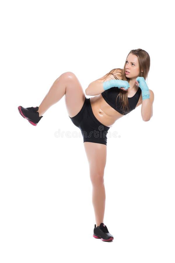 Jeune femme posant et donnant un coup de pied images libres de droits