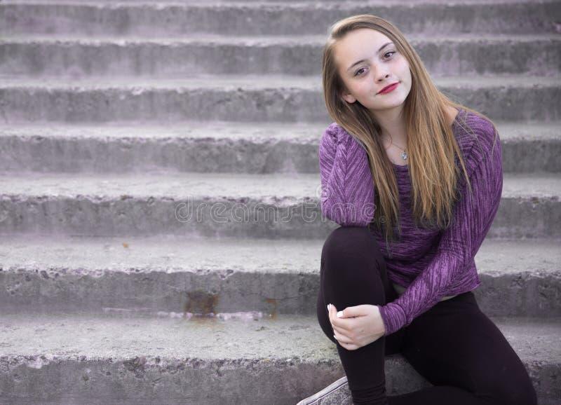 Jeune femme posant pour son portrait photos libres de droits