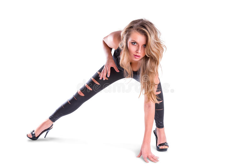 Jeune femme posant sur le blanc images stock