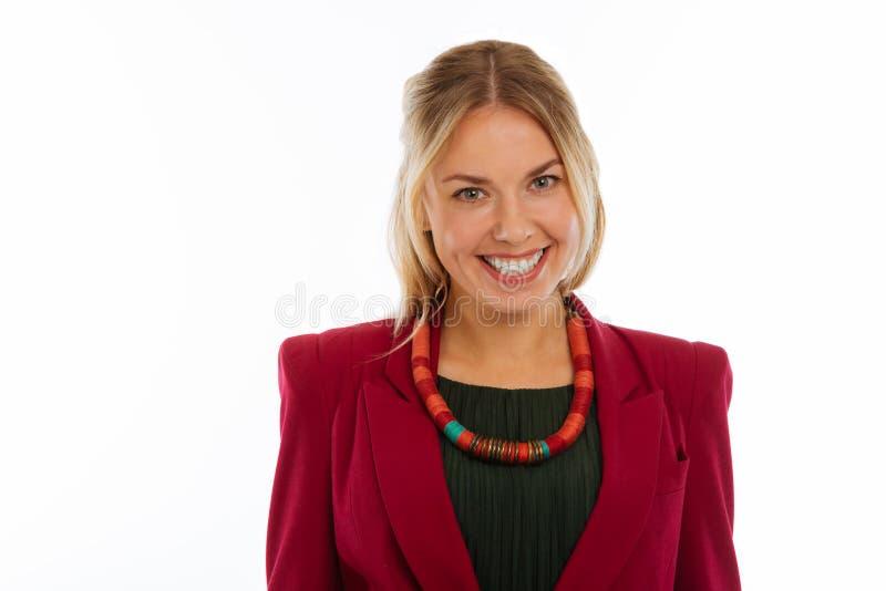 Jeune femme positive gaie souriant à vous photographie stock