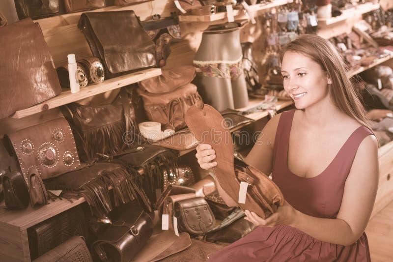 Jeune femme positive recherchant le sac photographie stock libre de droits