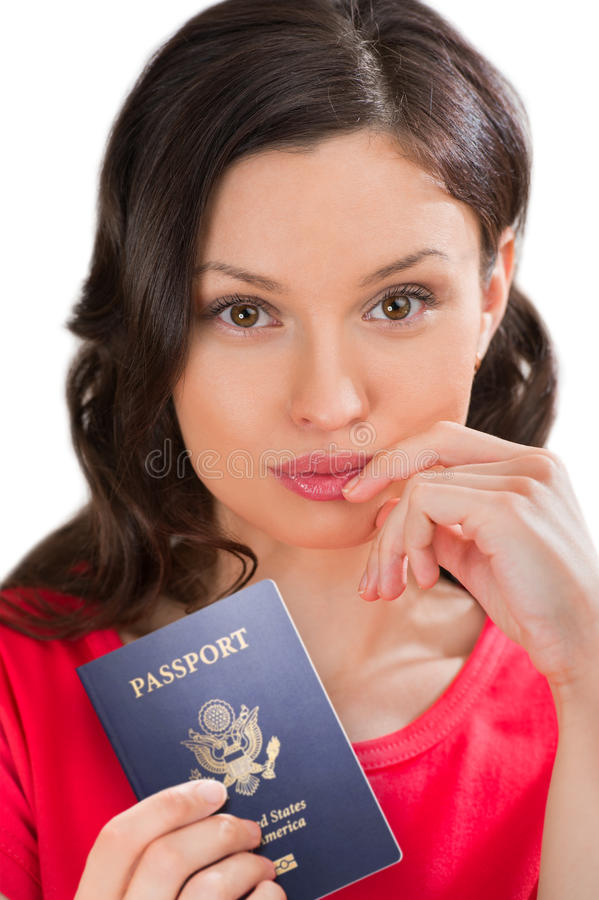 Jeune femme positive tenant le passeport image stock