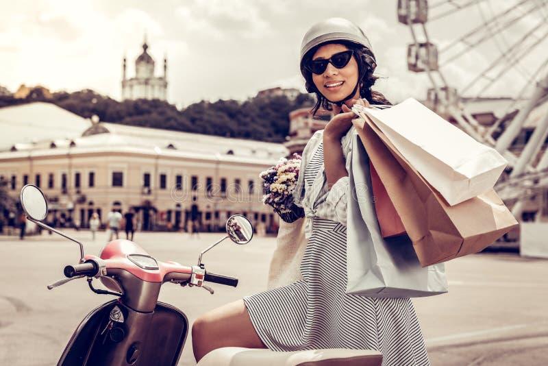 Jeune femme positive tenant ses sacs ? provisions photo libre de droits