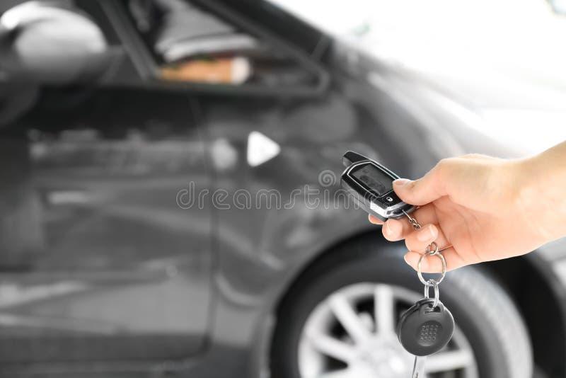 Jeune femme poussant le bouton sur à télécommande photographie stock libre de droits