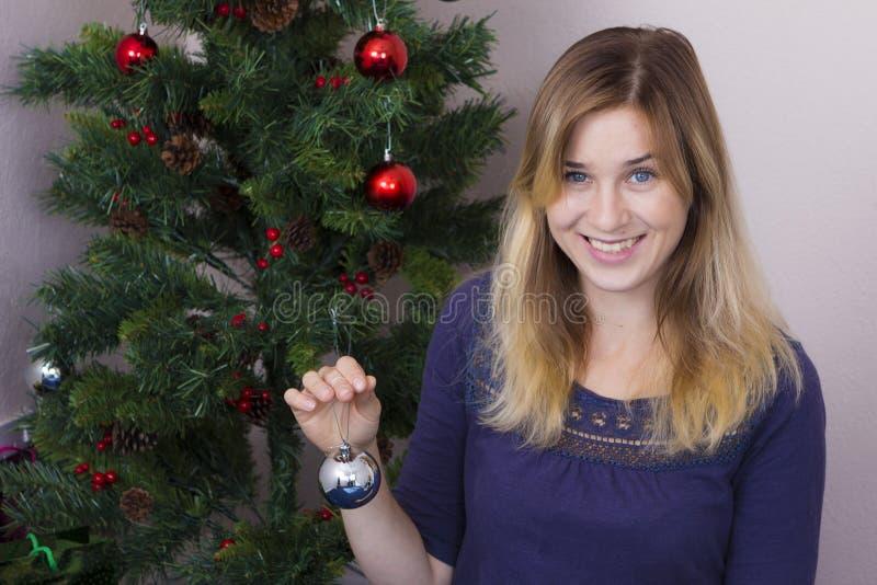 Jeune femme près d'arbre de nouvelle année photos libres de droits
