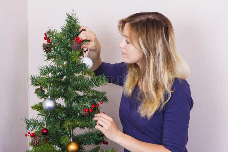 Jeune femme près d'arbre de nouvelle année photo libre de droits