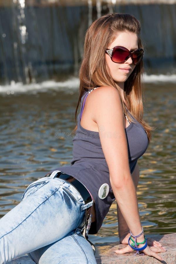 Jeune femme près de fontaine photographie stock