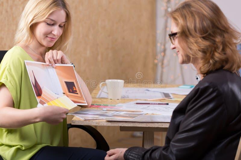 Jeune femme présent le projet de conception photos libres de droits