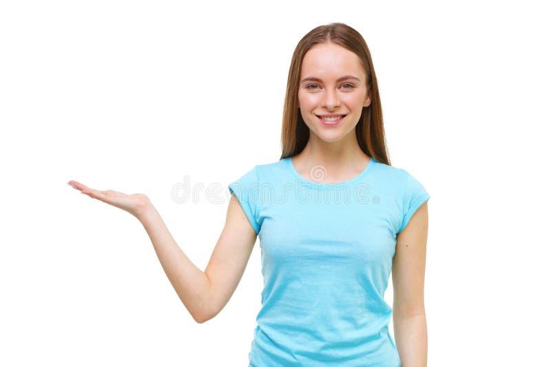 Jeune femme présent quelque chose avec la main ouverte d'isolement photos stock