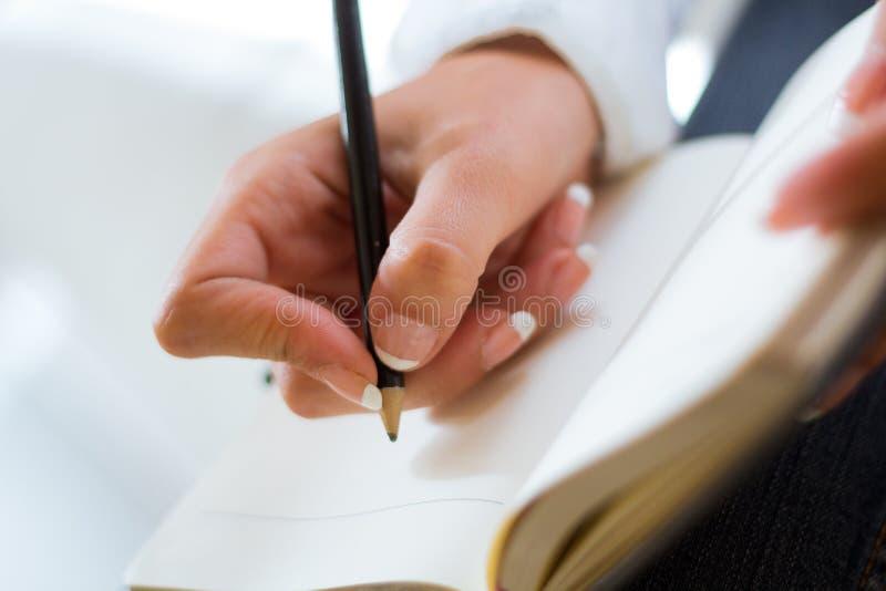 Jeune femme prenant des notes photos libres de droits