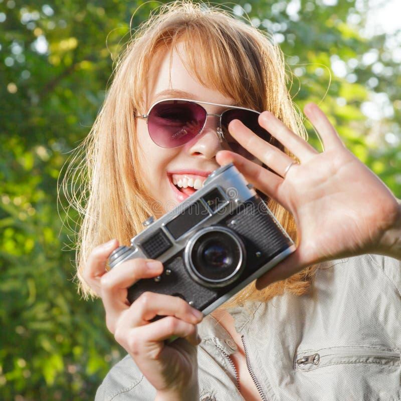 Jeune femme prenant des photos photos libres de droits