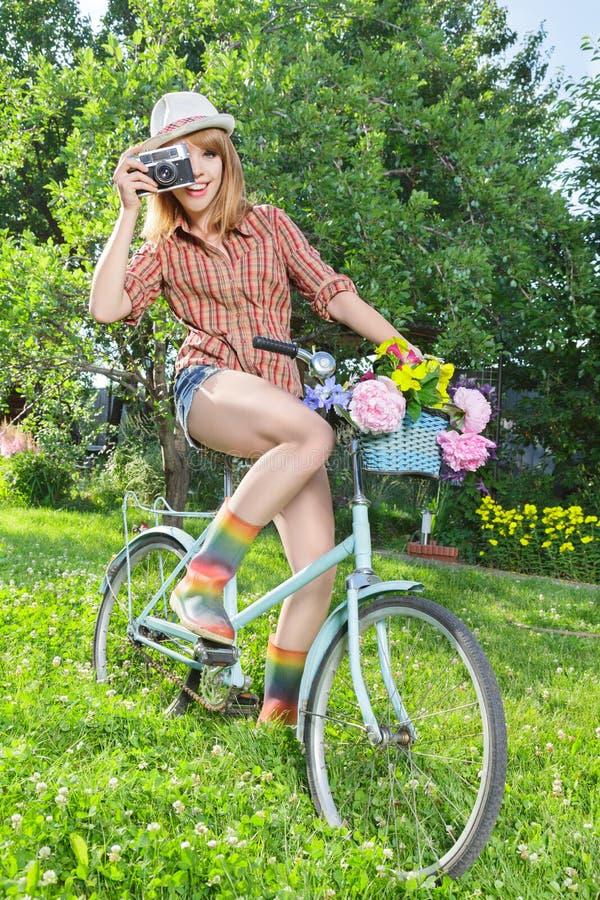 Jeune femme prenant des photos photographie stock libre de droits