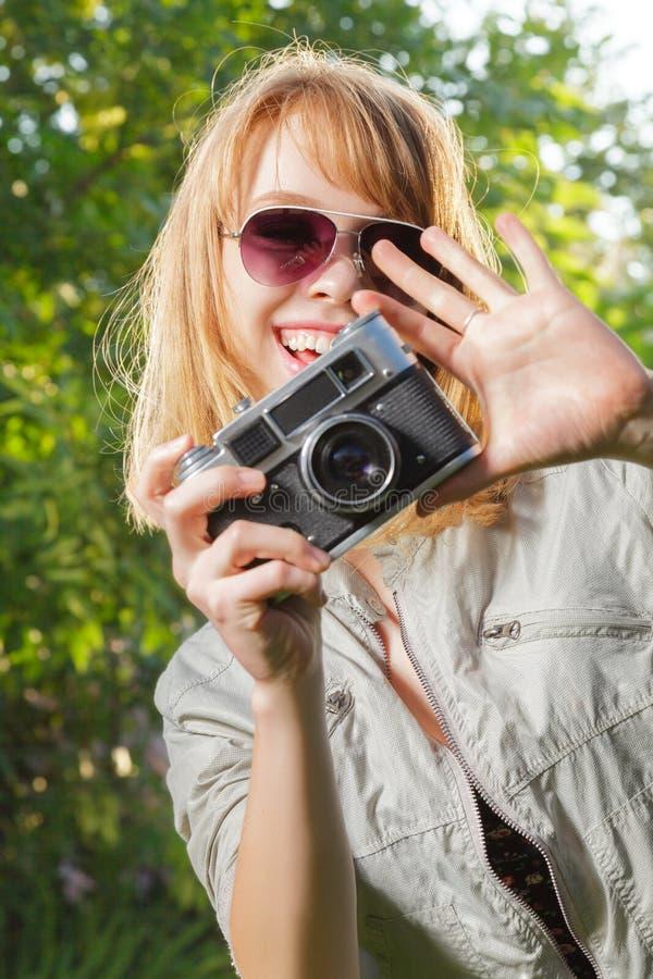 Jeune femme prenant des photos photos stock