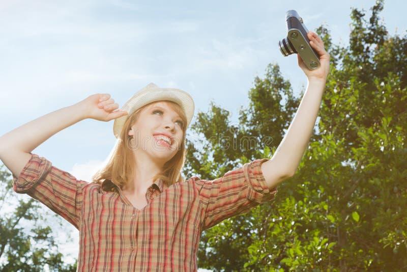Jeune femme prenant des photos image libre de droits