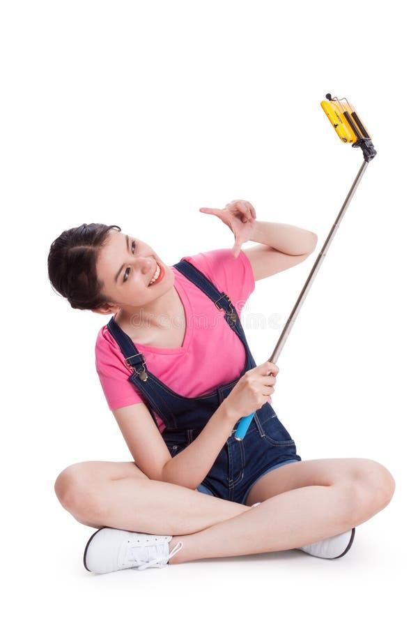 Jeune femme prenant la photo avec le smartphone photographie stock