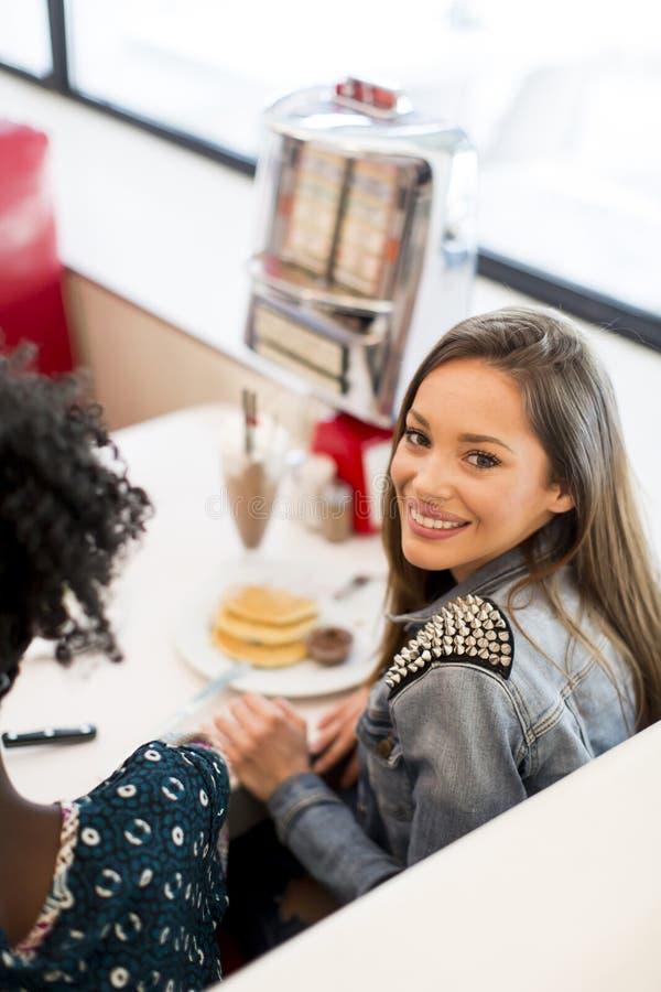 Jeune femme prenant le déjeuner dans un wagon-restaurant photographie stock