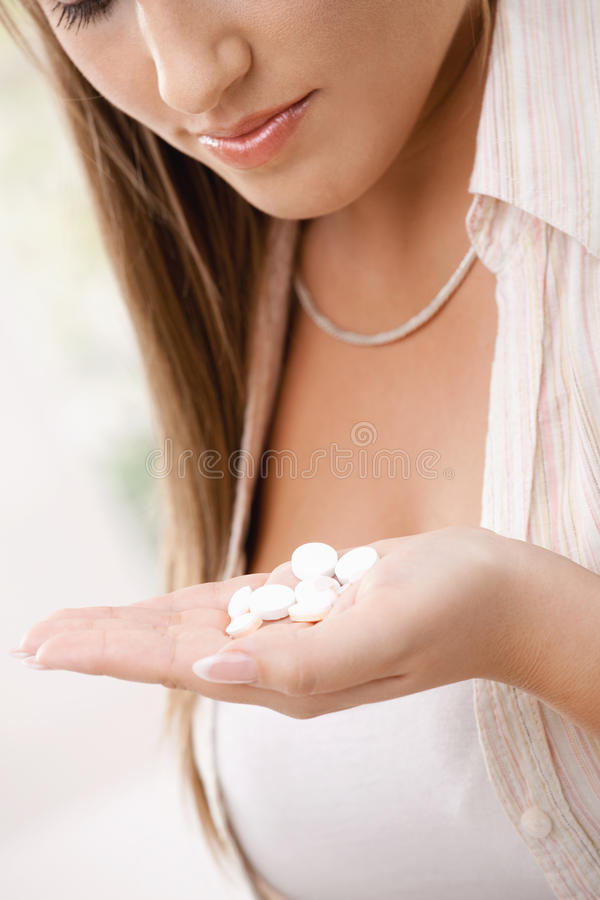 Jeune femme prenant le medicin photographie stock