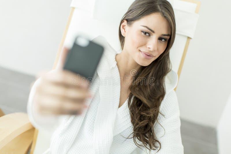 Jeune femme prenant le selfie avec le téléphone portable images stock