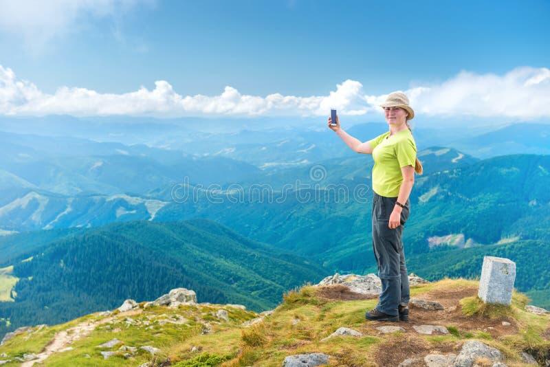 Jeune femme prenant le selfie sur le smartphone photos libres de droits