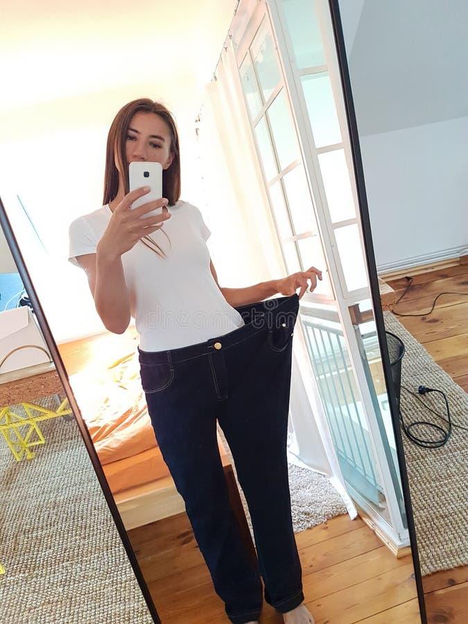 Jeune femme prenant Selfie dans le miroir photographie stock