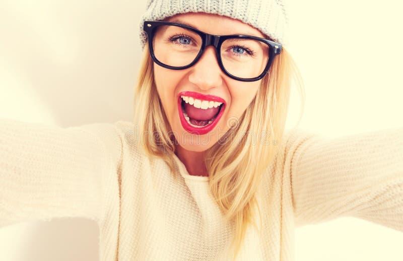 Jeune femme prenant un selfie images stock