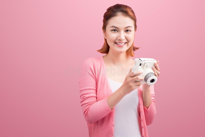Jeune femme prenant une photo avec un appareil-photo photos stock
