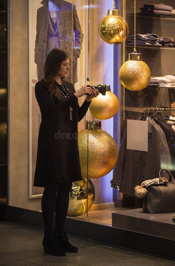 Jeune femme prenant une photo des boules de décoration de Noël images libres de droits