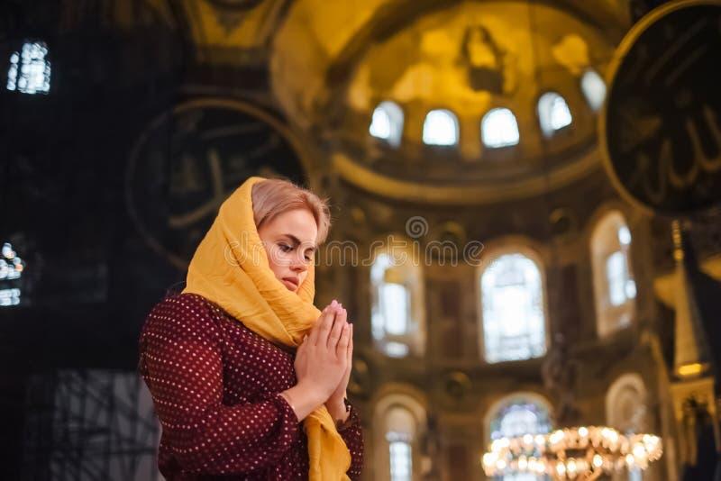Jeune femme priant et sentir l'harmonie, amour au coeur images stock