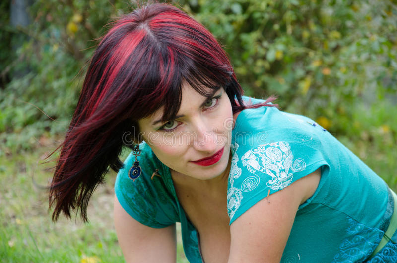 Jeune femme principale rouge photo stock