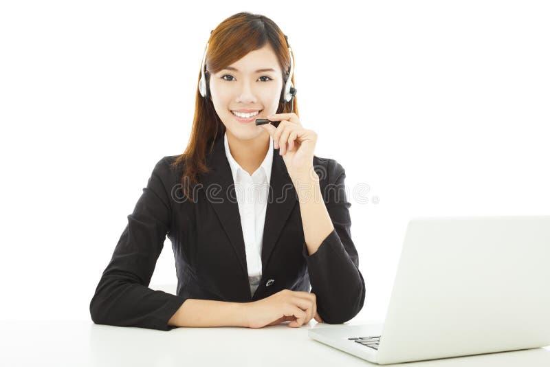 Jeune femme professionnelle d'affaires avec l'écouteur et l'ordinateur portable images libres de droits