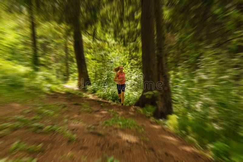 Jeune femme pulsant dans une forêt de montagne images stock