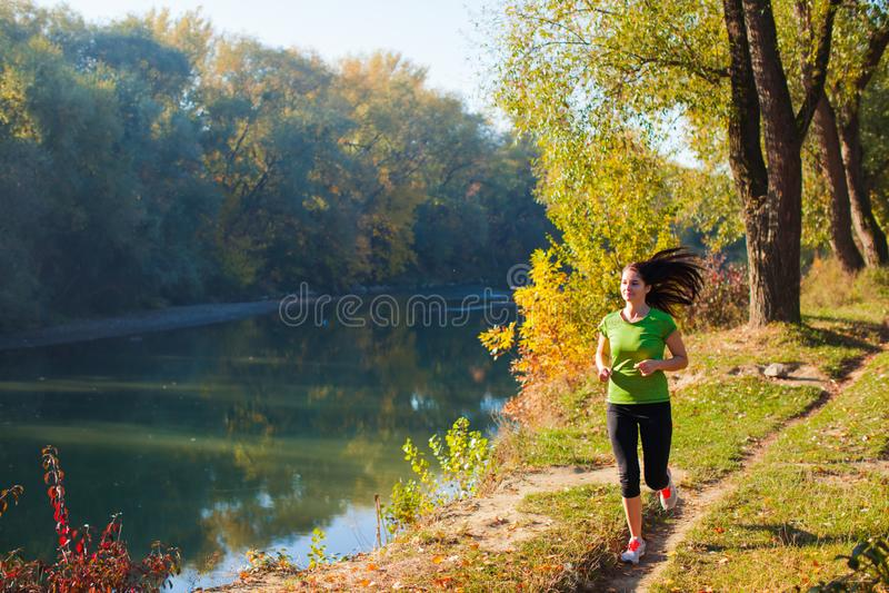 Jeune femme pulsant en parc d'automne images libres de droits