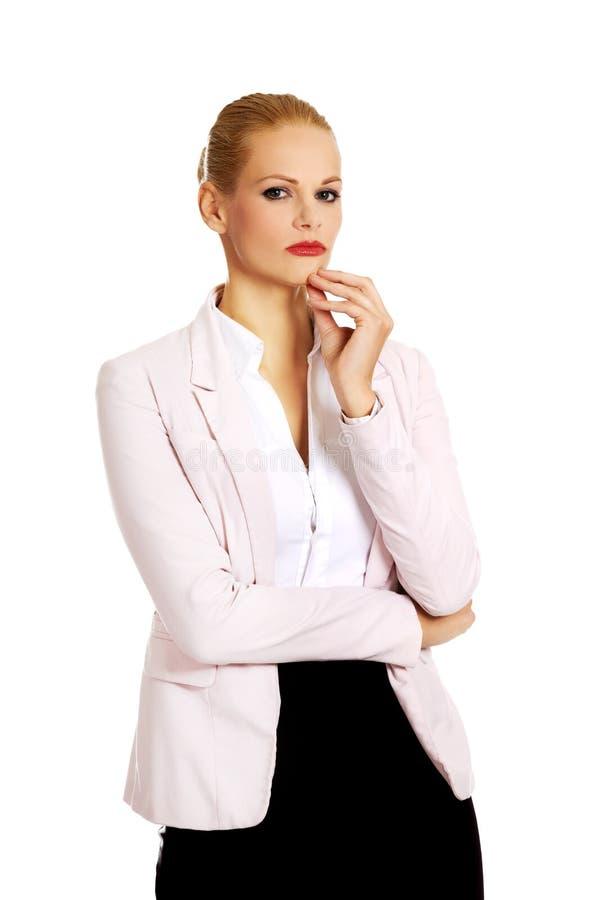 Jeune femme réfléchie sérieuse d'affaires image stock