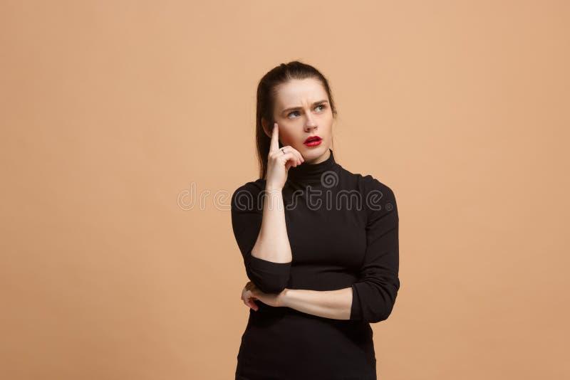 Jeune femme réfléchie sérieuse d'affaires Concept de doute photographie stock