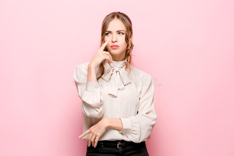 Jeune femme réfléchie sérieuse d'affaires Concept de doute image stock
