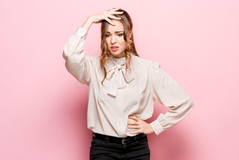 Jeune femme réfléchie sérieuse d'affaires Concept de doute photos stock