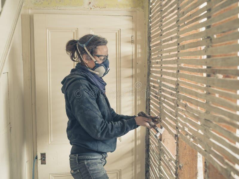 Jeune femme réparant le mur d'acacia et de barbouillage images stock