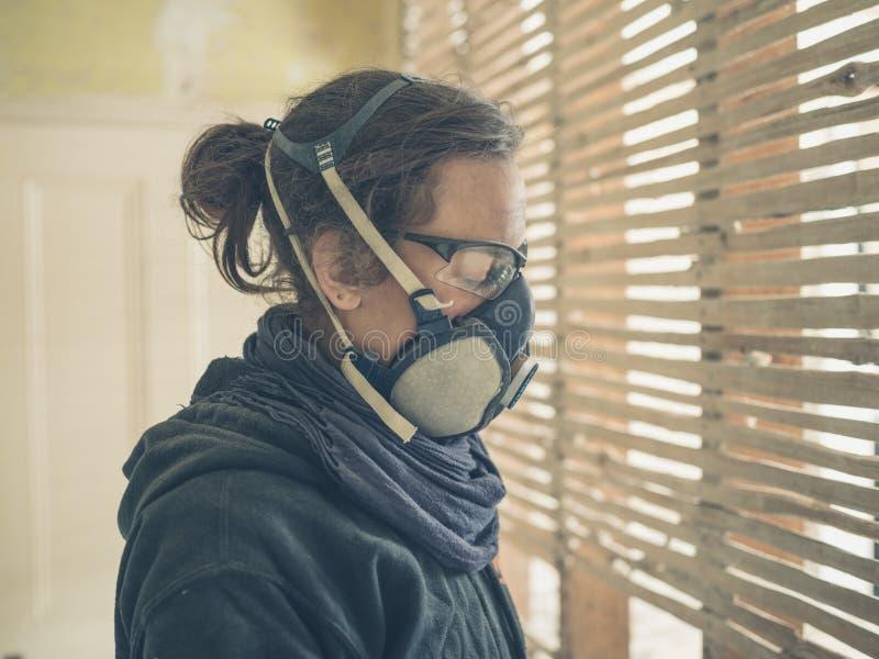 Jeune femme réparant le mur d'acacia et de barbouillage image stock