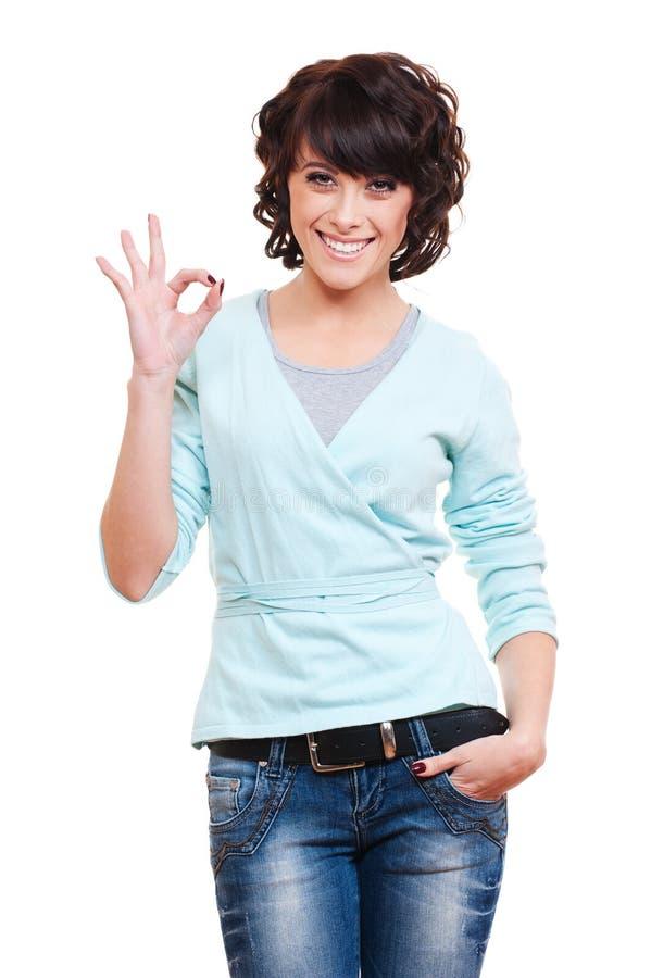 Jeune femme réussi affichant le signe en bon état photo stock