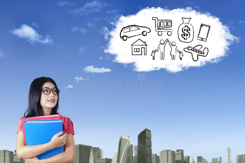 Jeune femme rêvant beaucoup d'idées images stock