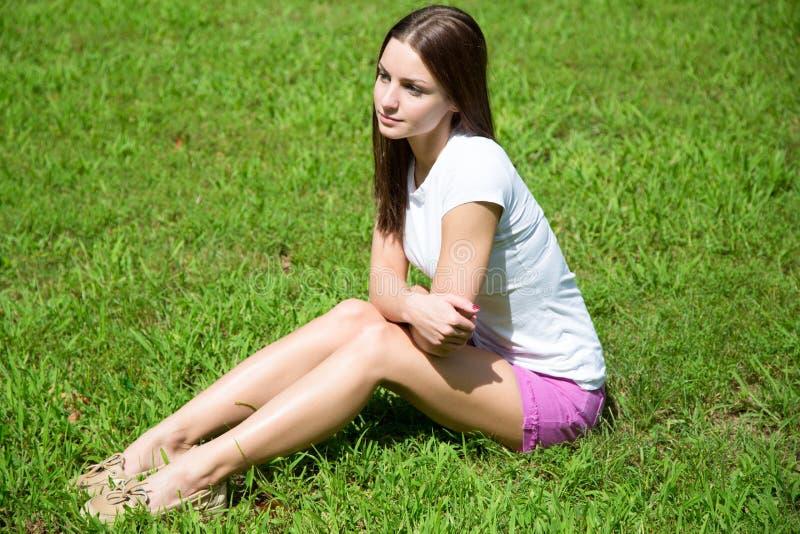 Jeune femme rêvassant photo stock