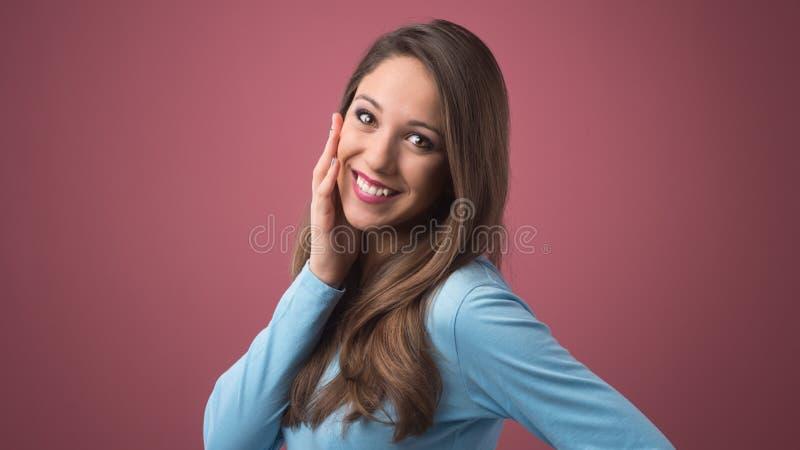 Jeune femme rêvassant photo libre de droits