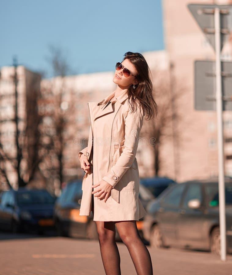 Jeune femme r?ussie sur le fond d'une ville moderne photos stock