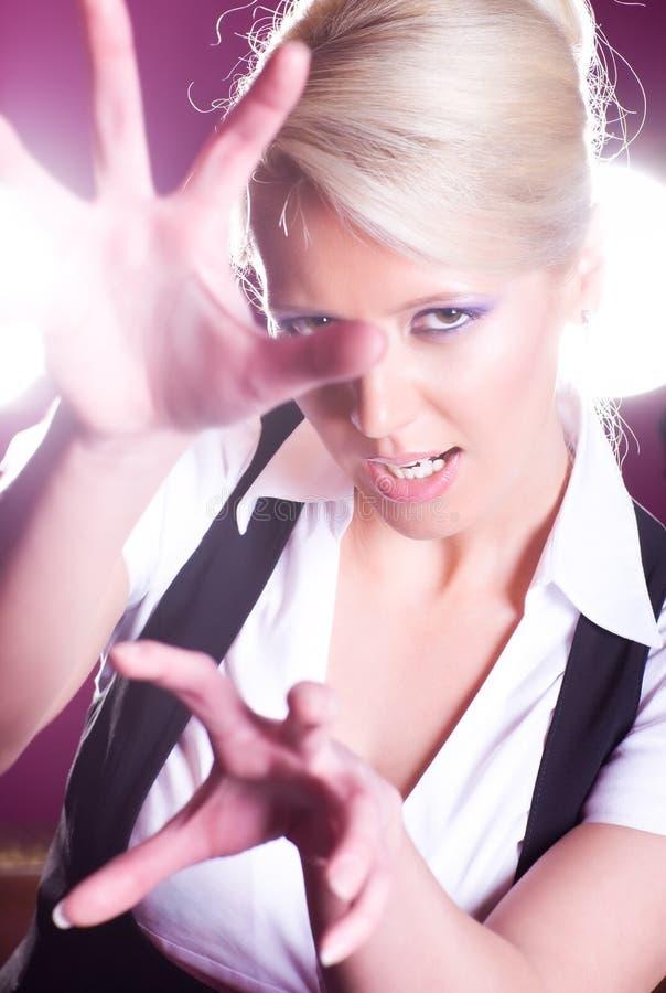 Jeune femme rayant à l'appareil-photo photos stock