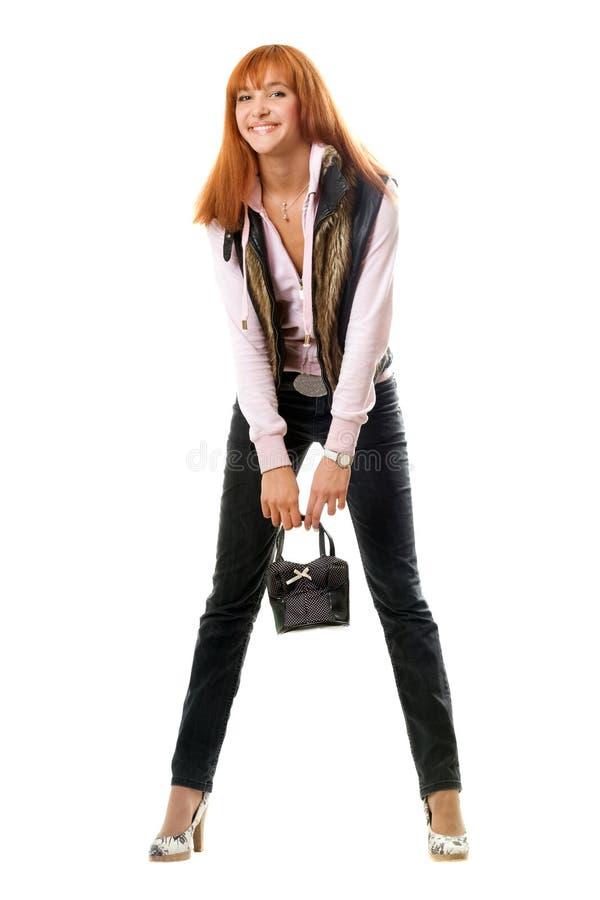 Jeune femme red-haired joyeuse avec le sac à main photos libres de droits