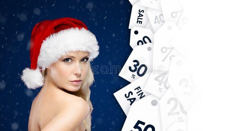 Jeune femme regardant des labels de remise photo stock