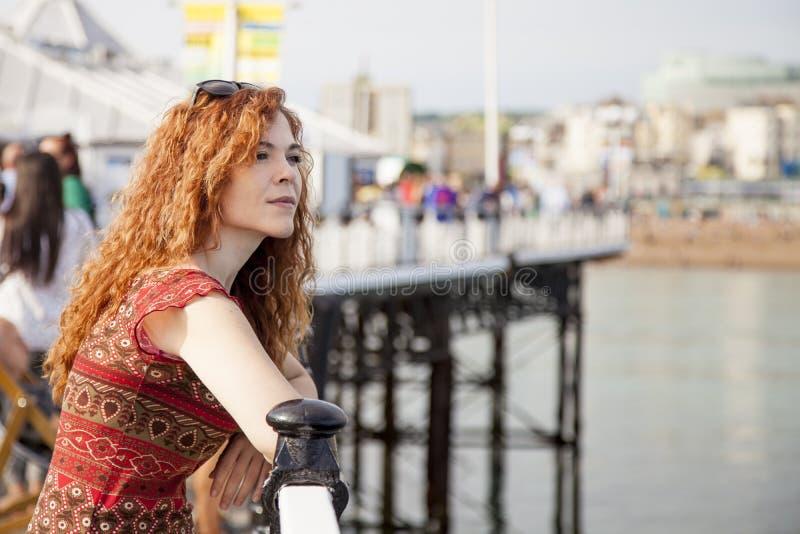 Jeune femme regardant la mer image libre de droits